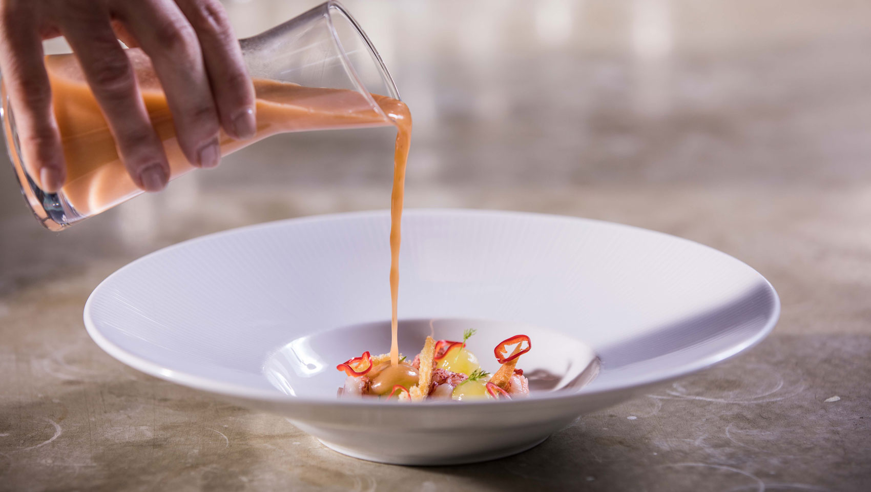 White Plate, Pouring sauce